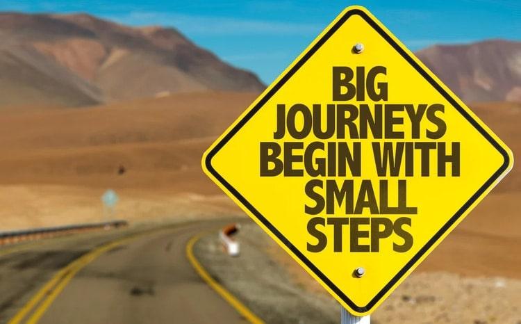 Big Journeys Begin With Small Steps Schild an Wüstenstraße