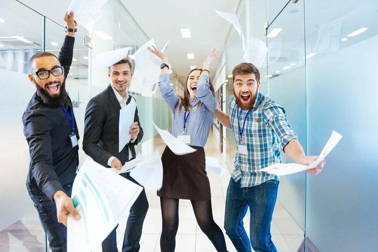 Grupper zufriedener Mitarbeiter